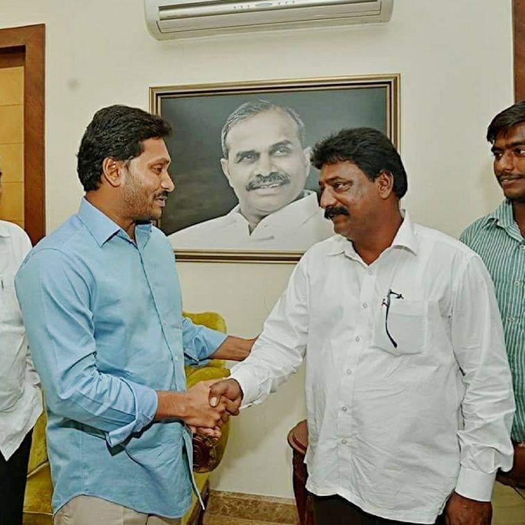 Sathike Madhusudhan Reddy   YSRCP Leader   Ex-Sarpanch   Active Leader   Social Activist   Congress   YSRCP   Burugula   Peapally   Dhone   Kurnool   Andhra Pradesh   theLeadersPage
